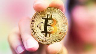 手に握る仮想通貨ビットコイン