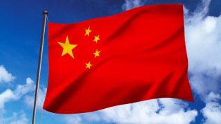 中国の国旗と青い空